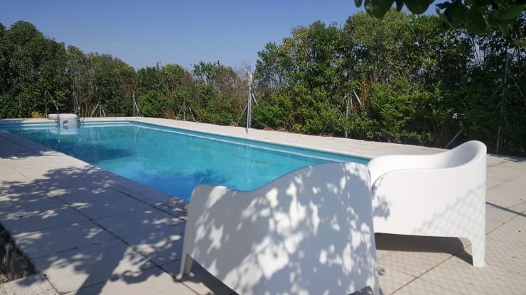 piscina con sillones